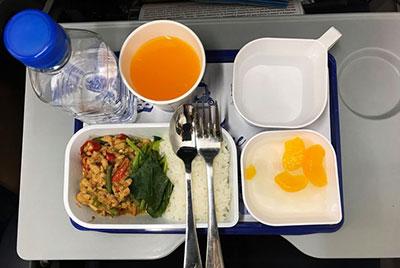 KLM test als eerste luchtvaartmaatschappij hergebruikte maaltijdbakjes